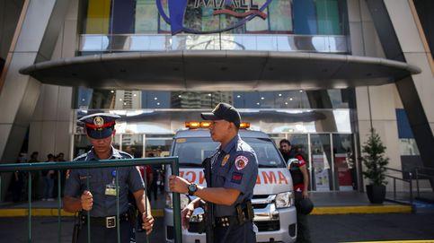 Un herido y unas 30 personas retenidas con rehenes por un hombre armado en Manila