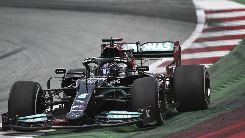 Hamilton mostró cierto abatimiento ante la derrota que le infligió Max Verstappen