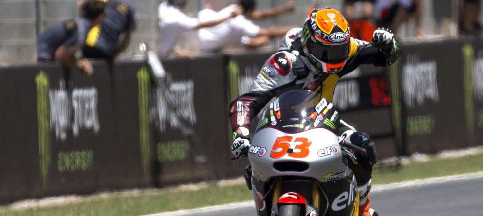 Foto: Tito Rabat celebra su victoria en la carrera de Moto2 (Efe).