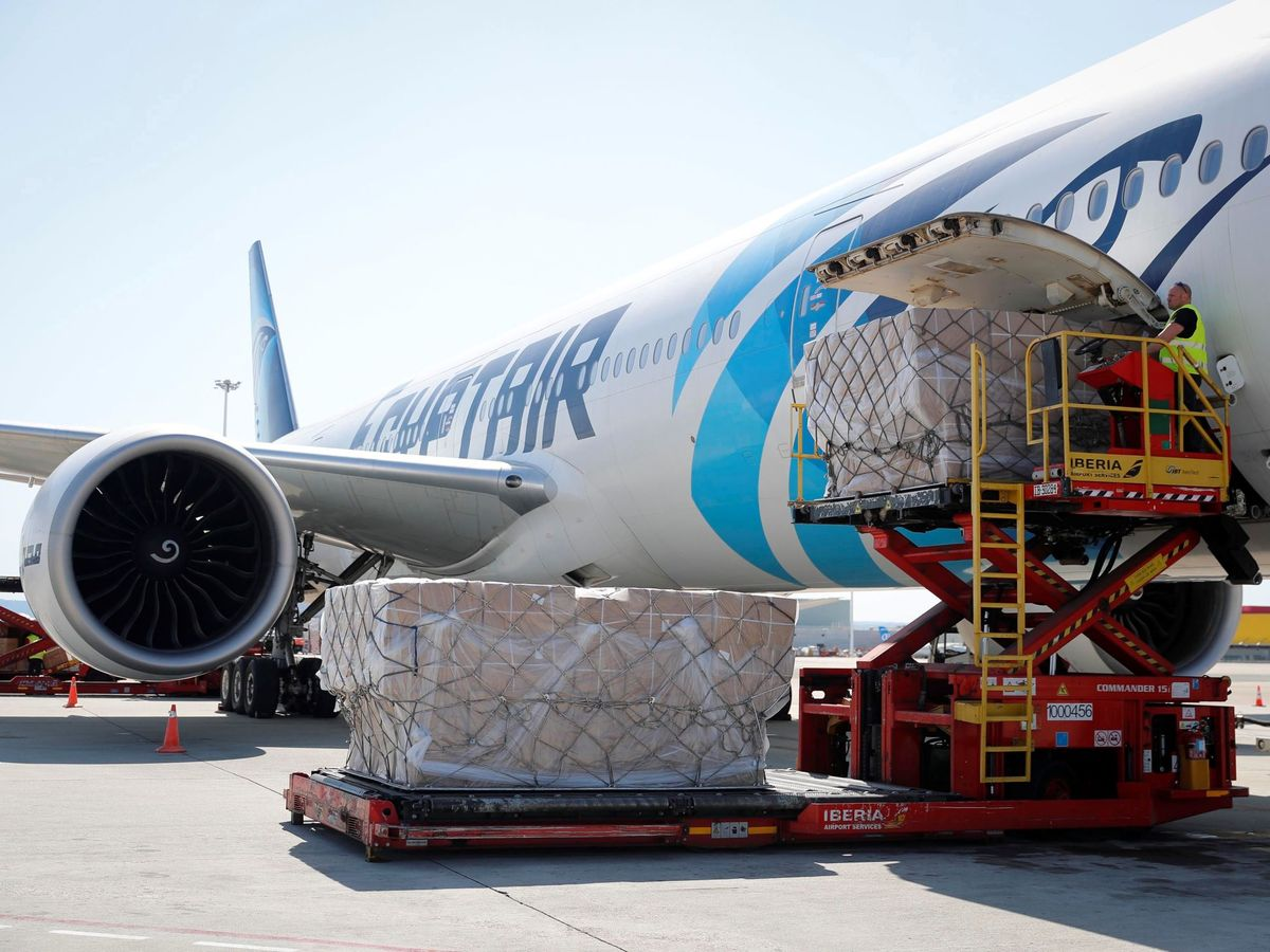 Foto: El avión con un cargamento con dos millones de mascarillas FPP2 adquiridas en China por la Comunidad de Madrid. (EFE)