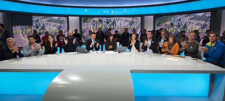 Foto: Trabajadores de RTVV en el plató de informativos junto a representantes de los partidos de la oposición y la presidenta de la Asociación Victimas del Metro, Bea