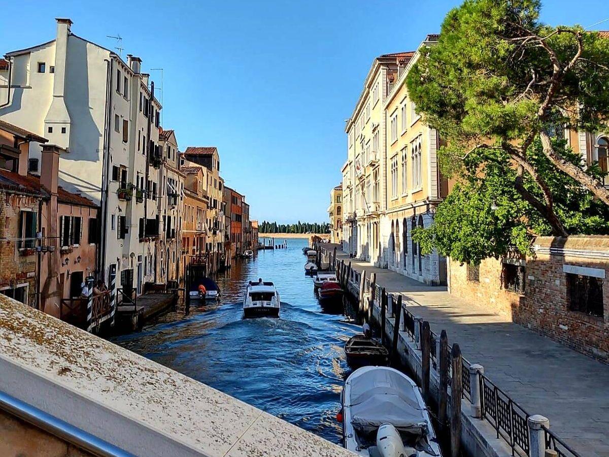 Foto: Canal de Canareggio, en Venecia, al fondo la isla cementerio de San Michele (Marta Valdivieso)