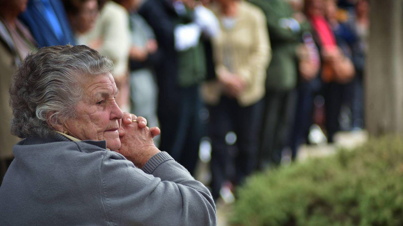 Una señora reza, ayer, en el cementerio de Cabra (Toñi Guerrero).