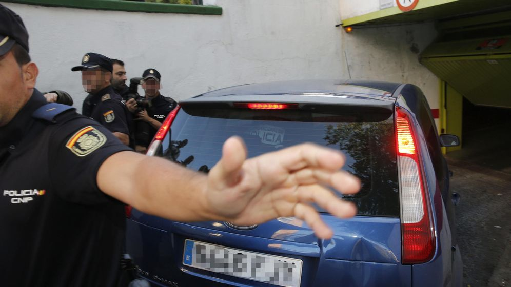 Foto: El pederasta de Ciudad Lineal entra en el garaje de su casa escoltado por la Policía. (EFE)