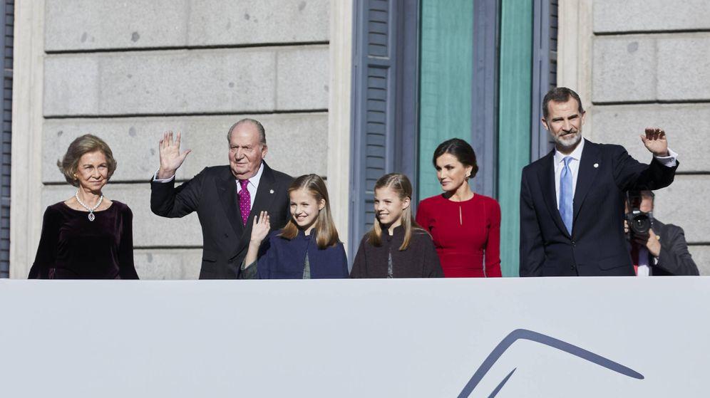 Foto: Los Reyes, sus hijas y los eméritos, en el aniversario de la Constitución. (Getty)