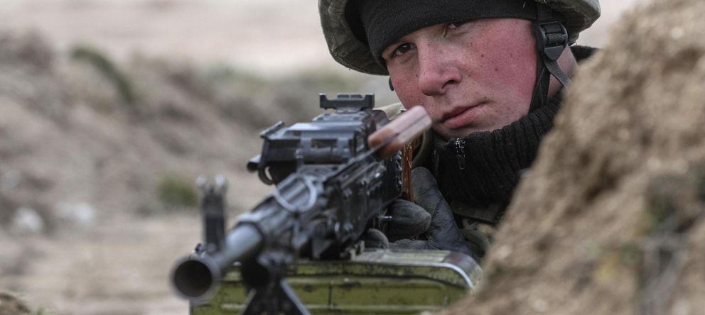 Foto: Un soldado ucraniano de guardia en el pueblo de Strelkovo, cerca de Crimea (Reuters).