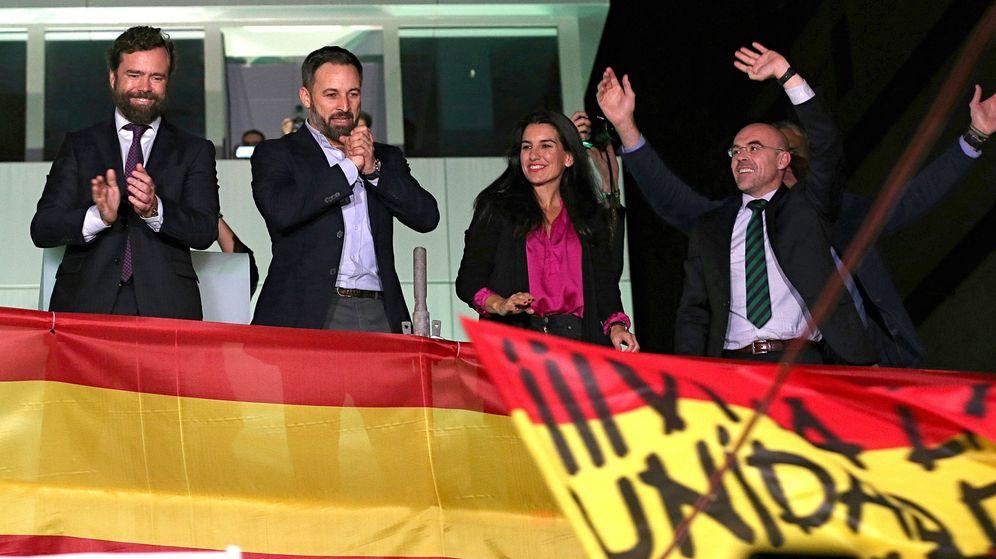 Foto: Santiago Abascal (2i), Iván Espinosa de los Monteros (i), Rocío Monasterio (2d), y el eurodiputado de Vox Jorge Buxade (2d), saludan a sus simpatizantes. (EFE)