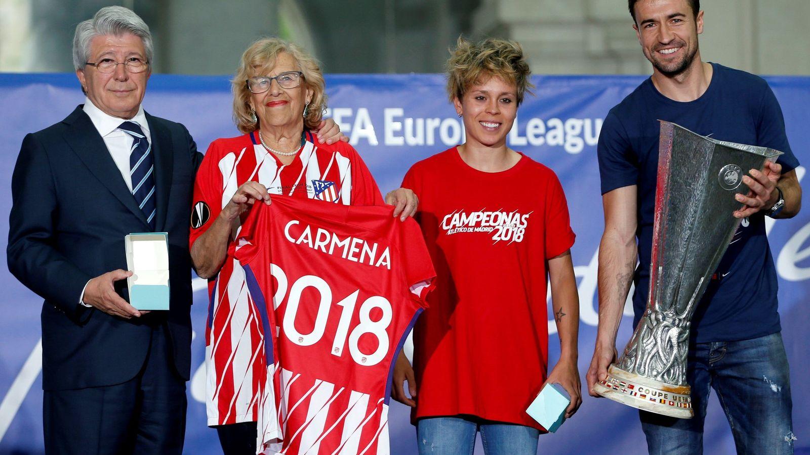 Foto: Carmena, Amanda Sampedro, capitana del Atlético de Madrid, escoltadas por Cerezo y Gabi. (EFE)