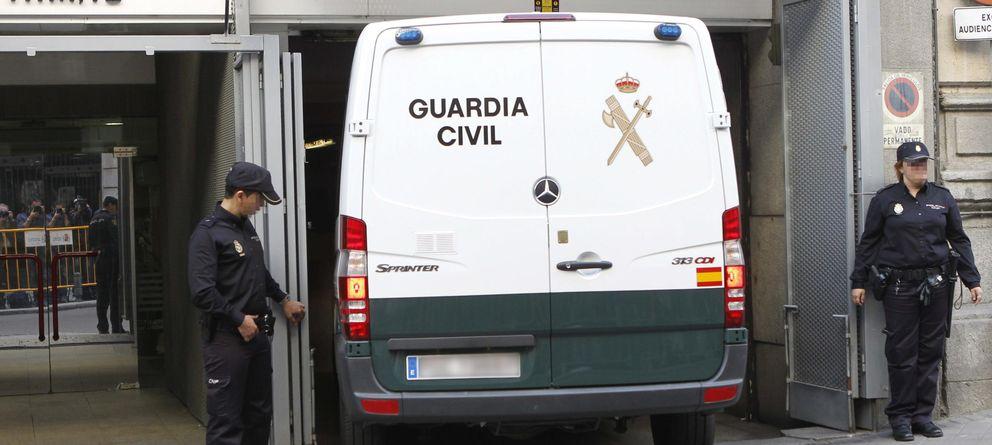 Foto: Un furgón de la Guardia Civil sale de la Audiencia Provincial con varios de los detenidos que han declarado hoy ante el juez Eloy Velasco (Efe)