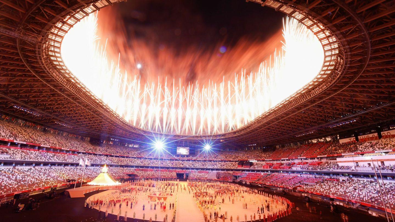 Fuegos artificiales tras la llegada de la llama olímpica al pebetero durante la ceremonia inaugural de los Juegos Olímpicos de Tokio 2020. (EFE)