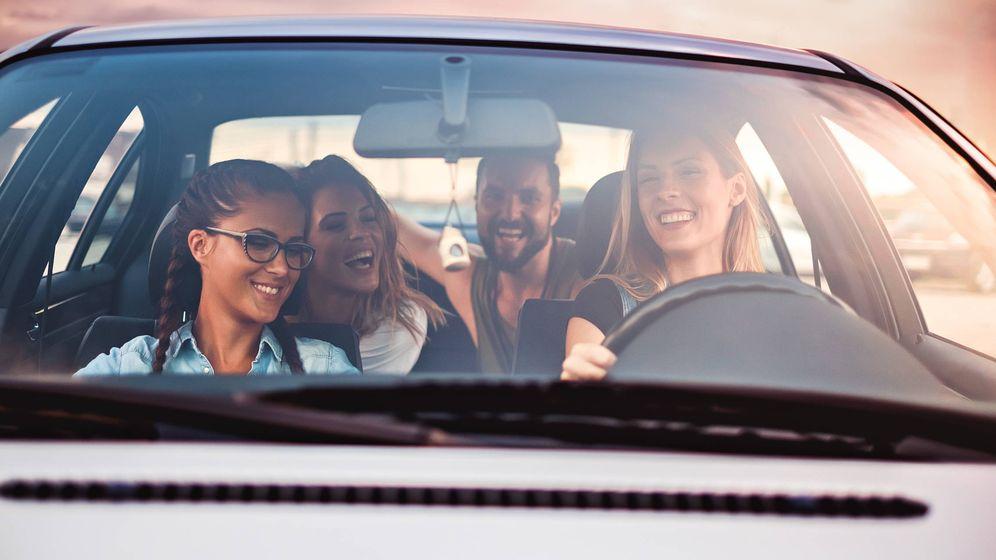 Foto: Un grupo de jóvenes en un coche. (iStock)