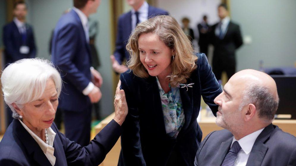 Foto: Calviño, junto a la presidenta del BCE y el antiguo comisario de Economía. (EFE)