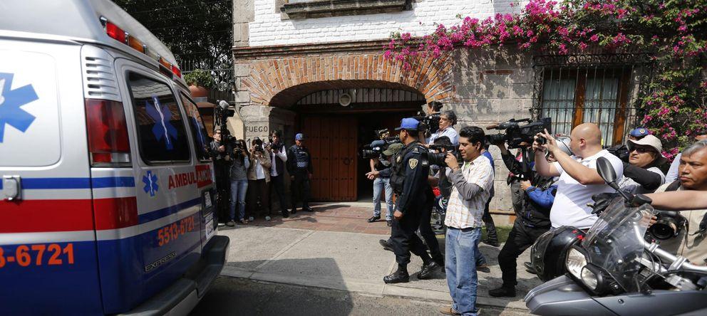 Foto: Prensa y ambulancias junto a la casa mexicana de García Márquez (REUTERS)