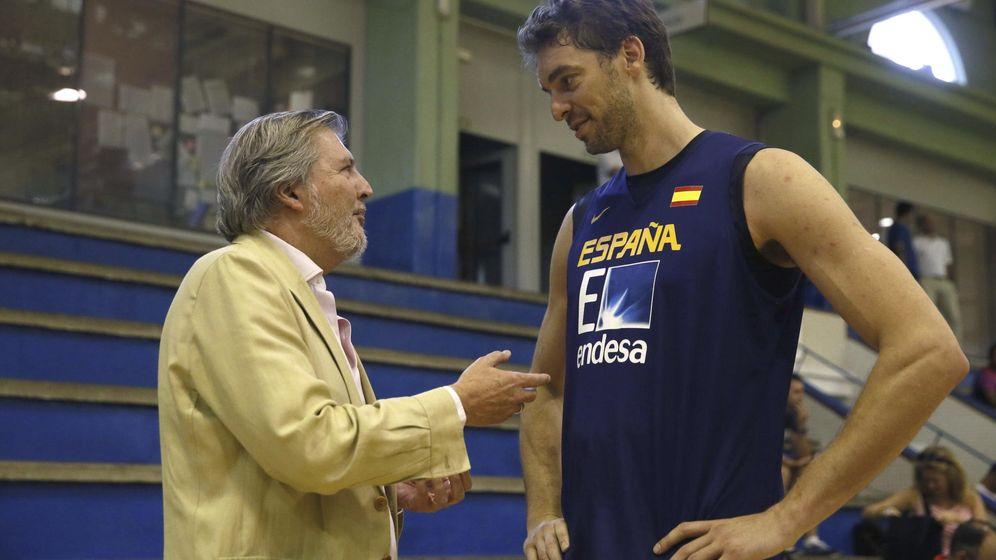 Foto: El ministro de Educación, Cultura y Deportes, Íñigo Méndez de Vigo, conversa con Pau Gasol.