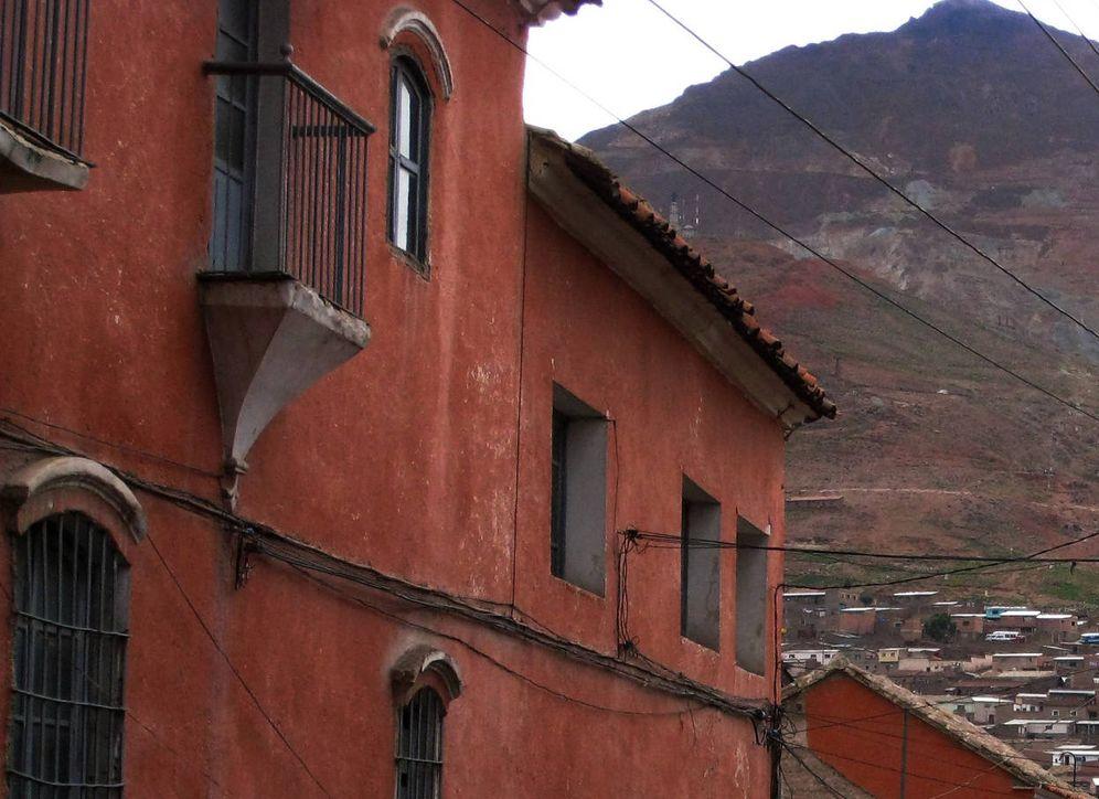 Foto: Vista del Cerro Rico desde una calle de Potosí, en 2008. (Reuters)