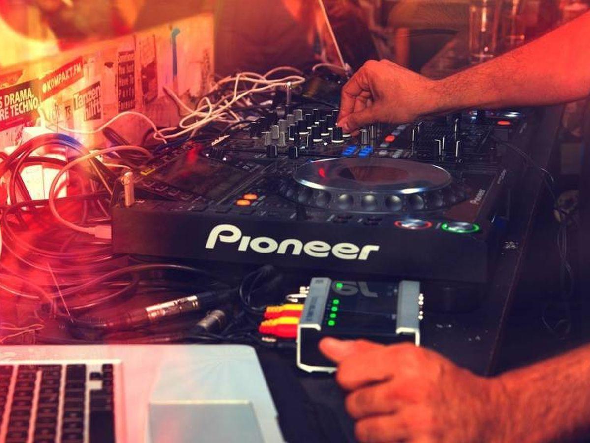 Foto: Un 'disc-jockey' en una discoteca. (Pixabay)