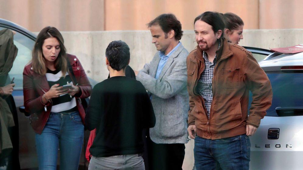 Foto: Pablo Iglesias, acompañado de la diputada En Comú Podem en el Congreso Lucía Martín y Jaume Asens. (EFE)