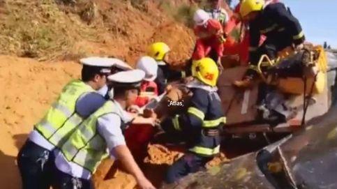 Un desprendimiento de tierra en China deja ocho coches enterrados en lodo