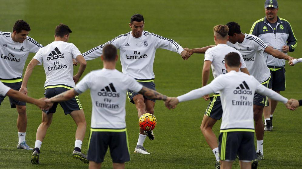Foto: Los jugadores del Madrid hacen un rondo cogidos de las manos (EFE).