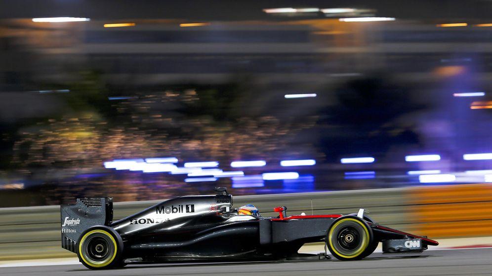 Foto: Fernando Alonso rodando en Bahréin (Efe)