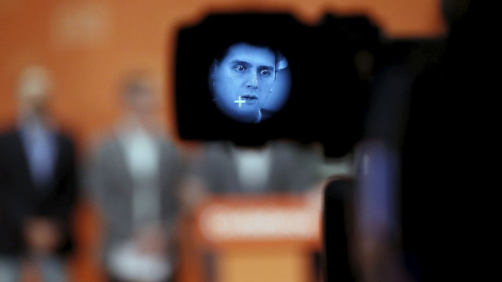 Foto: El líder de Ciudadanos, Albert Rivera, en una cámara de televisión durante una rueda de prensa. (Reuters)