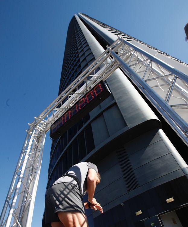 Foto: Carrera vertical en el 10º aniversario del Eurostars Madrid Tower en Madrid. (EFE)