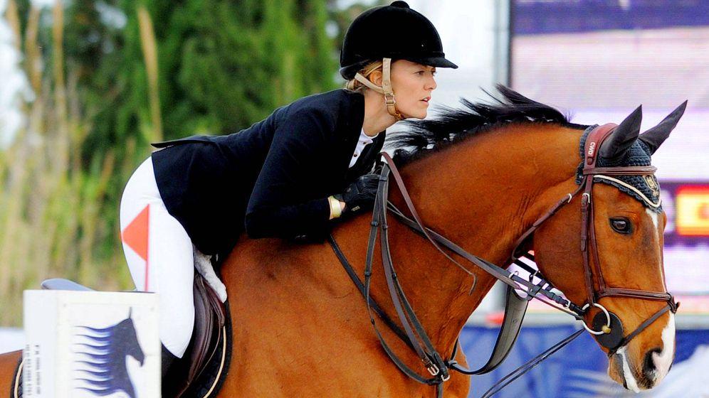 Foto: Marta Ortega junto a otro de sus caballos. (Getty)