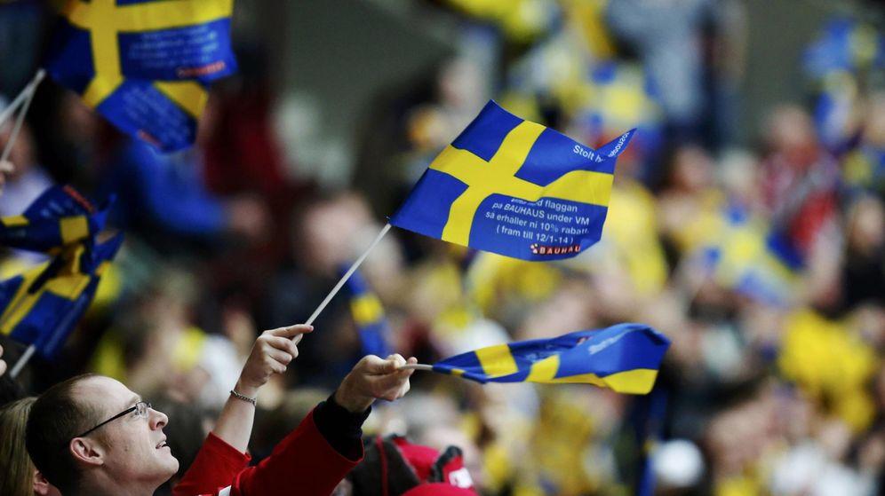 Foto: Un aficionado ondea una bandera canadiense en un partido de hockey hielo en Malmo. (Reuters)