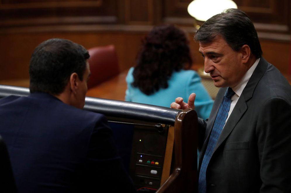Foto: Pedro Sánchez charla con Aitor Esteban, portavoz del PNV, el pasado 6 de mayo. (EFE)