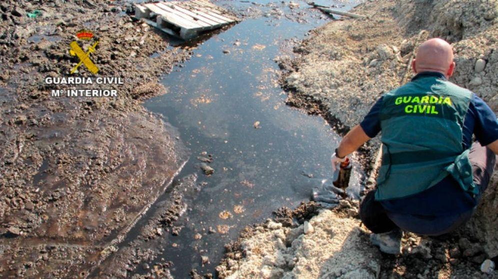 Foto: Los agentes tomaron muestras de los vertidos y confirmaron que eran contaminantes (Foto: Guardia Civil)