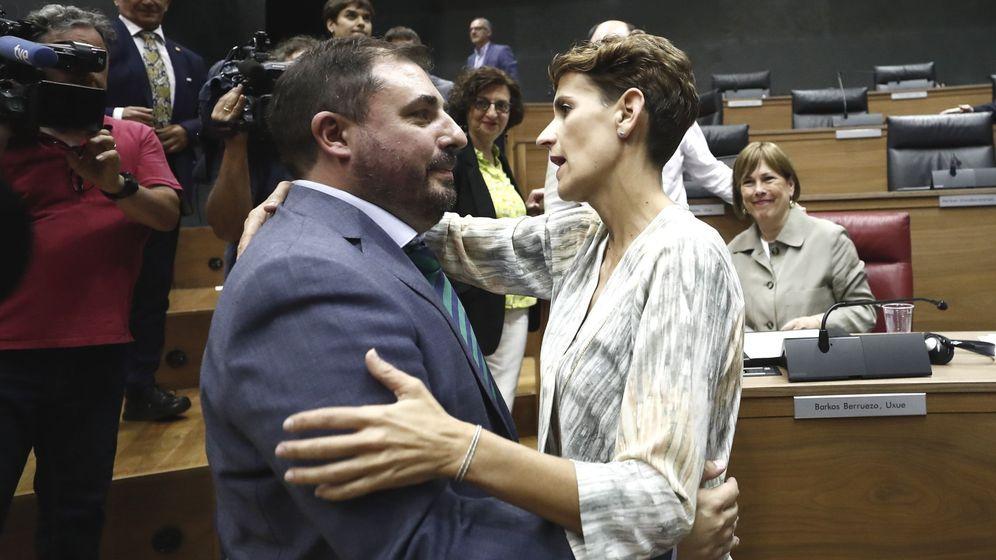 Foto: Unai Hualde y María Chivite, en el Parlamento navarro. (EFE)