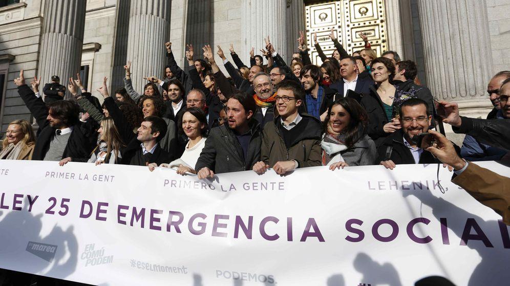 Foto: Los diputados de Podemos sostienen una pancarta de la ley de emergencia social durante la pasada legislatura a las puertas del Congreso. (EFE)