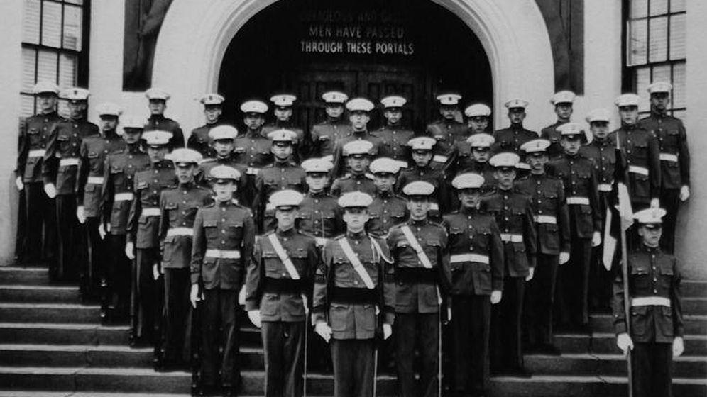 Foto: Donald Trump, el primero del pelotón, en la academia militar de la que formó parte durante cinco años.