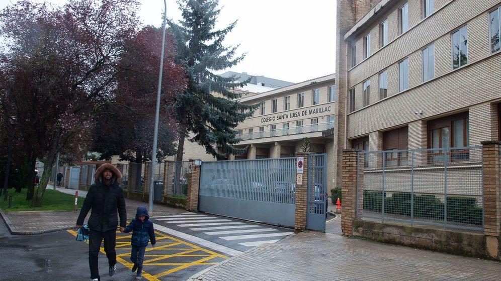 Foto: Un padre recoge a su hijo en el colegio, en un centro de Navarra (EFE)