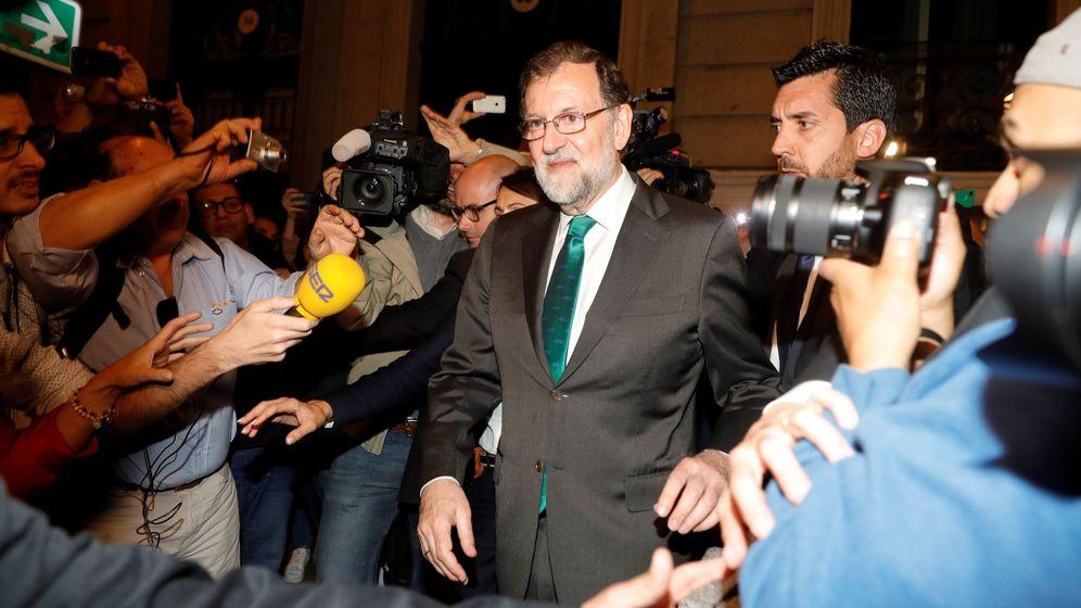 Foto: El presidente del Gobierno, Mariano Rajoy, a su salida de un restaurante cercano al Congreso. (EFE)