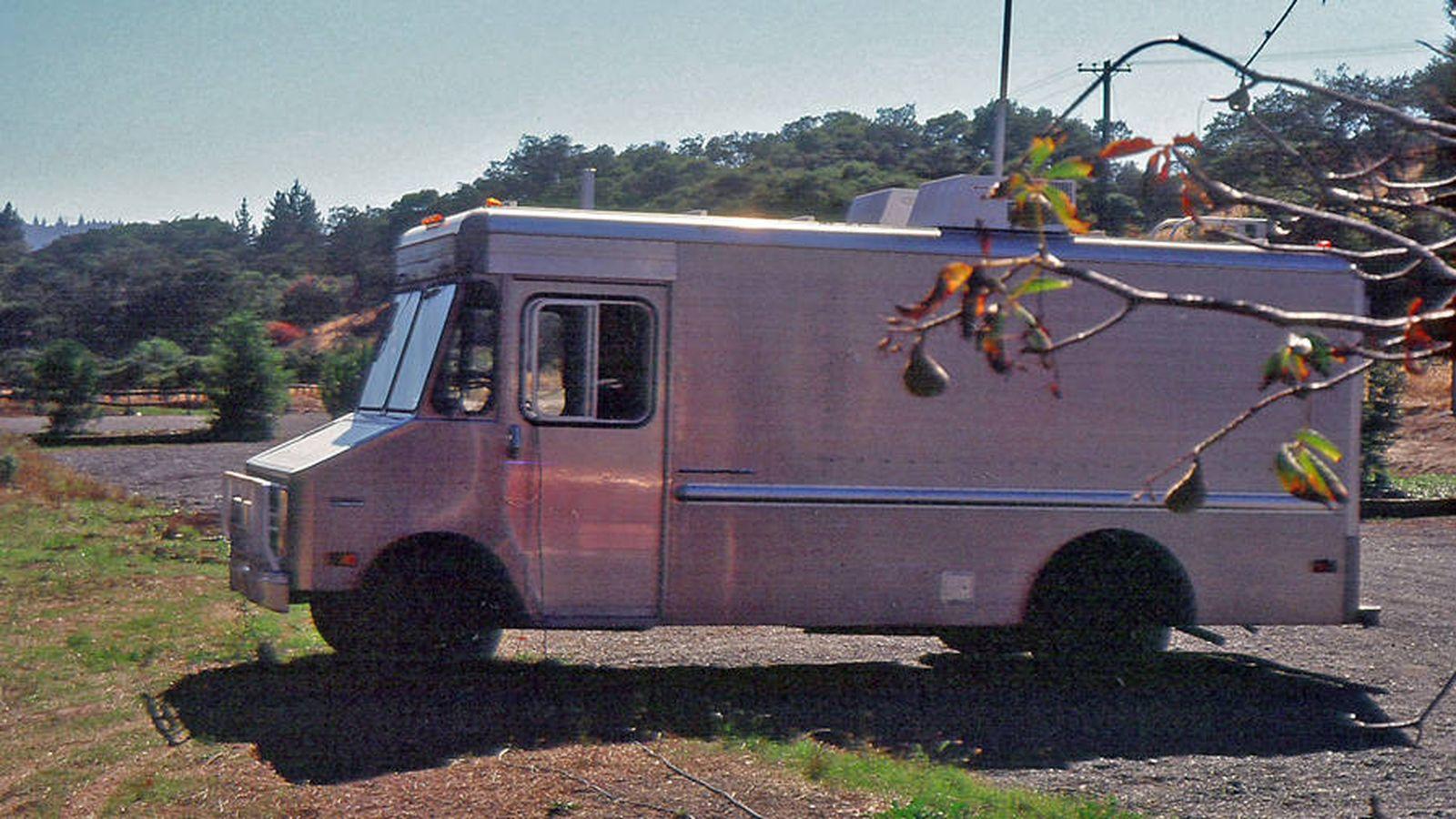 Foto:  La furgoneta de SRI donde se realizó la primera transmisión basada en TCP entre tres redes diferentes (1976) (Fuente: Cortesía de SRI International)