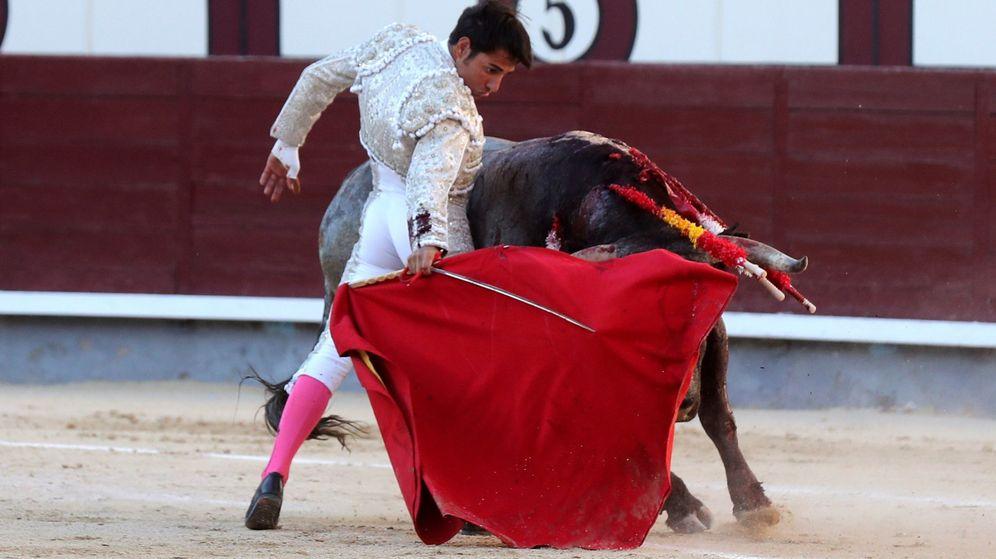 Foto: El diestro Gómez del Pilar da un pase con la muleta a su primero. (EFE)