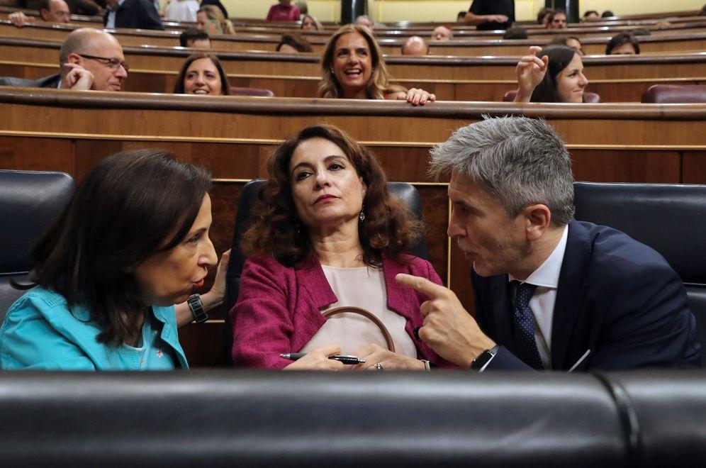 Foto: Margarita Robles y Fernando Grande-Marlaska charlan en el Congreso ante María Jesús Montero, el pasado 27 de junio en el Congreso. (EFE)