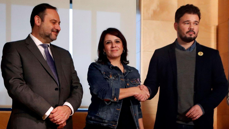 José Luis Ábalos, junto a la portavoz parlamentaria socialista, Adriana Lastra, y el portavoz de ERC en el Congreso, Gabriel Rufián. (EFE)