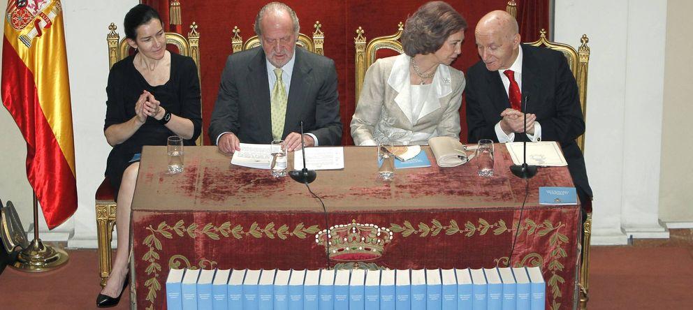 Foto: Los reyes Juan Carlos y Sofía, junto a la ministra Ángeles González-Sinde, y el director de la RAH, Gonzalo Anes, el 26 de mayo de 2011, en la presentación. (EF