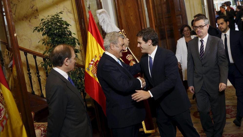 Foto: El presidente de la Cámara baja, Jesús Posada, saludando al líder de Ciudadanos, Albert Rivera, el último Día de la Constitución en el Congreso. (Reuters)