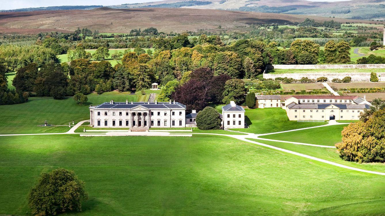 Foto: Vista del amplio exterior que rodea al hotel Ballyfin de Irlanda.