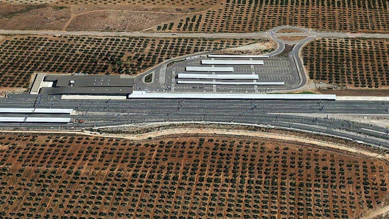 La vía cruza un olivar a su paso por Antequera (María José Esteso Poves, Diagonal)