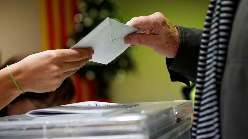 Foto: Un hombre deposita su voto en las elecciones. (Reuters)