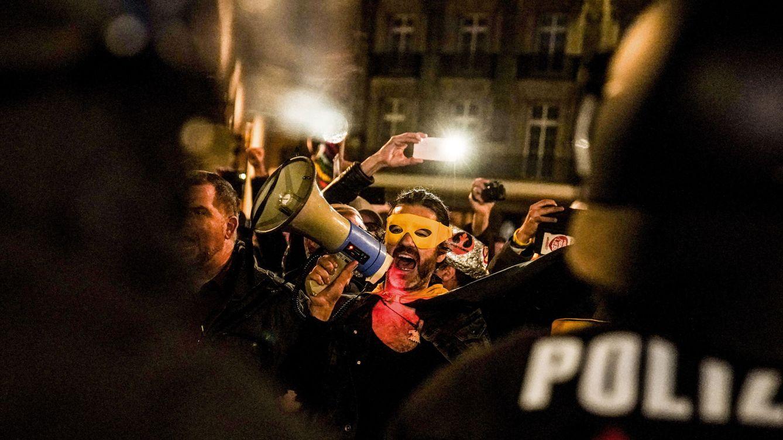 El gran negocio de 'forrarse' a base de negar el covid-19 en Alemania