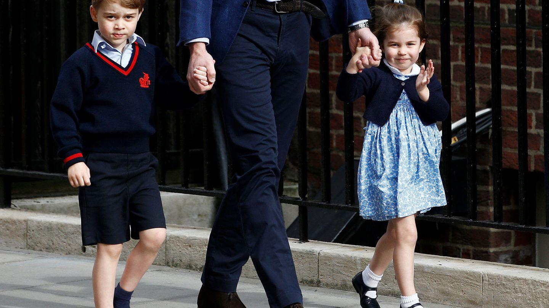 Los príncipes George y Charlotte visitando a su hermano Louis. (Reuters)