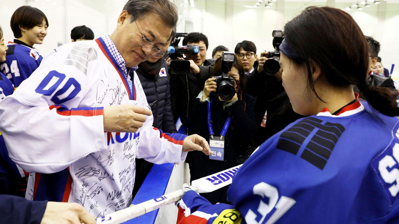 El presidente surcoreano Moon Jae-in, con la selección femenina (Reuters).