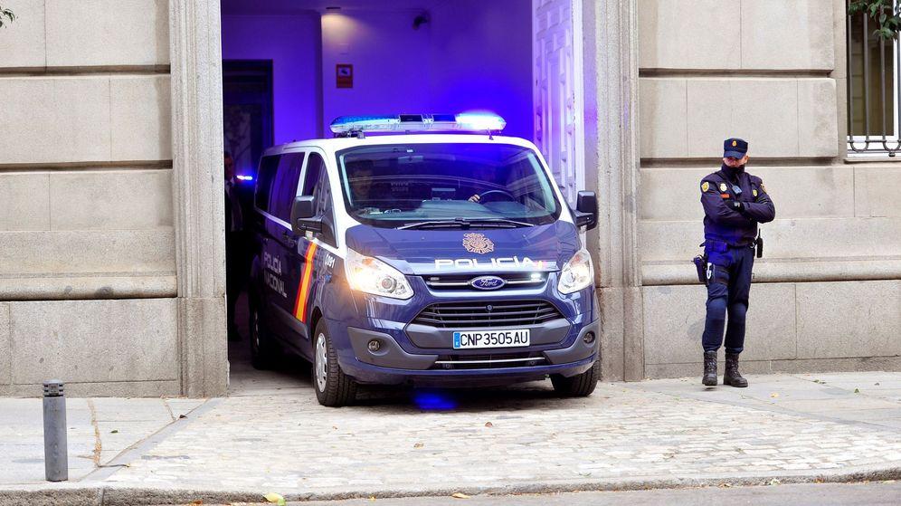 Foto: Furgón en la puerta de carruajes del Supremo. (EFE)