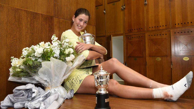Foto: Garbiñe Muguruza posando junto a su trofeo del Roland Garros (Gtres)
