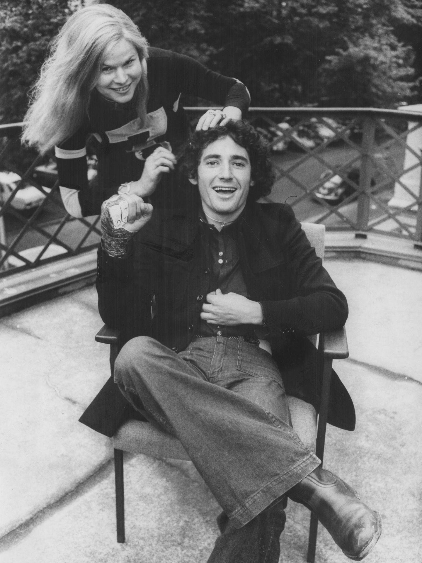 Sesión de peluquería para Mike Ríos en Hamburgo, 1971. (Getty)